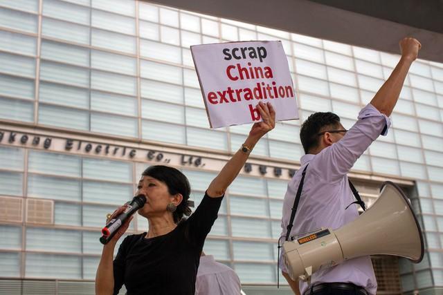 Hong Kong: Giao thông tê liệt vì người biểu tình, cảnh sát sử dụng hơi cay và súng phun nước  - Ảnh 9.