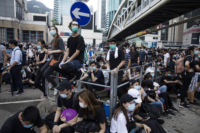 Hong Kong: Giao thông tê liệt vì người biểu tình, cảnh sát sử dụng hơi cay và súng phun nước  - Ảnh 10.