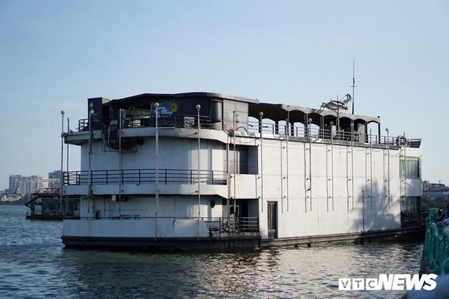 Du thuyền xa hoa một thời hoen gỉ, mục nát trên Hồ Tây - Ảnh 2.
