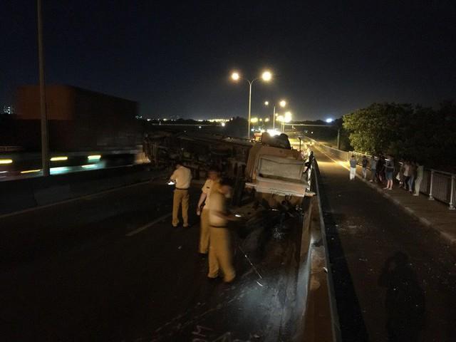 Cầu Phú Mỹ ùn ứ kéo dài vì xe tải lật ngang chắn hết đường - Ảnh 2.
