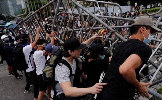 Người biểu tình Hong Kong vây kín các văn phòng chính phủ - Ảnh 1.