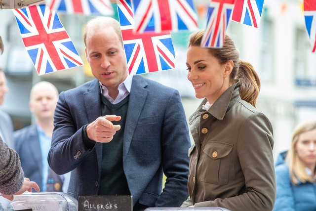 Hãy xem phản ứng của Công nương Kate Middleton khi bị 1 bé gái hỏi: Tại sao cô không mặc váy công chúa Elsa? - Ảnh 1.