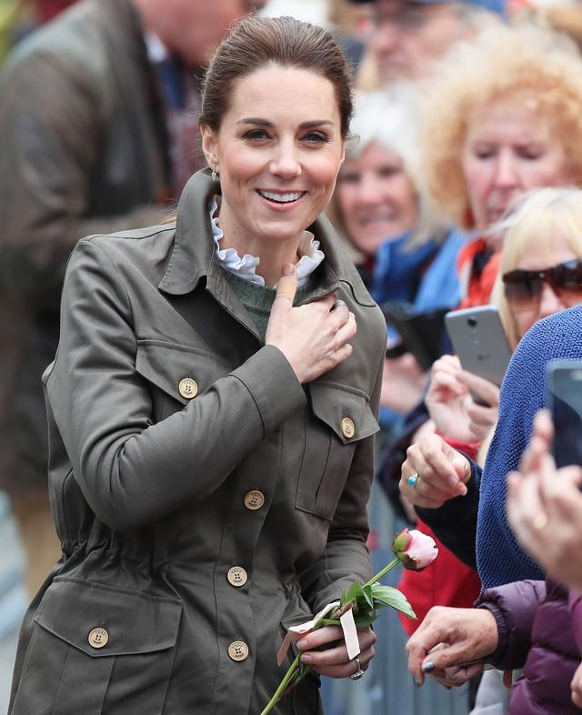 Hãy xem phản ứng của Công nương Kate Middleton khi bị 1 bé gái hỏi: Tại sao cô không mặc váy công chúa Elsa? - Ảnh 2.