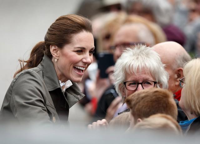 Hãy xem phản ứng của Công nương Kate Middleton khi bị 1 bé gái hỏi: Tại sao cô không mặc váy công chúa Elsa? - Ảnh 4.