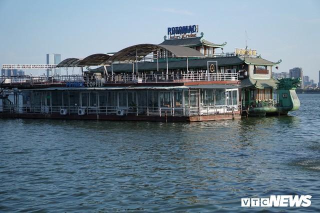 Du thuyền xa hoa một thời hoen gỉ, mục nát trên Hồ Tây - Ảnh 8.