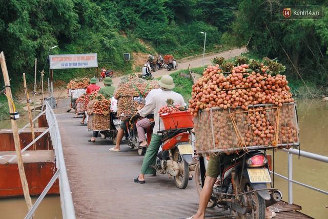 Chùm ảnh: Người dân Bắc Giang ùn ùn đi bán vải, đường phố ùn tắc hàng km - Ảnh 4.