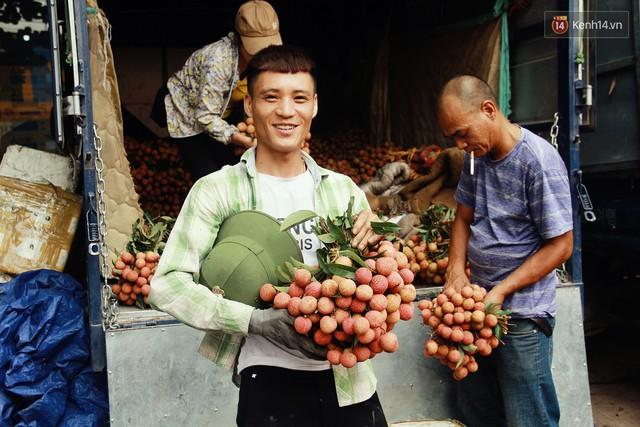 Chùm ảnh: Người dân Bắc Giang ùn ùn đi bán vải, đường phố ùn tắc hàng km - Ảnh 7.