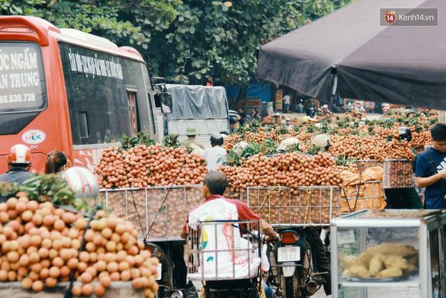 Chùm ảnh: Người dân Bắc Giang ùn ùn đi bán vải, đường phố ùn tắc hàng km - Ảnh 8.