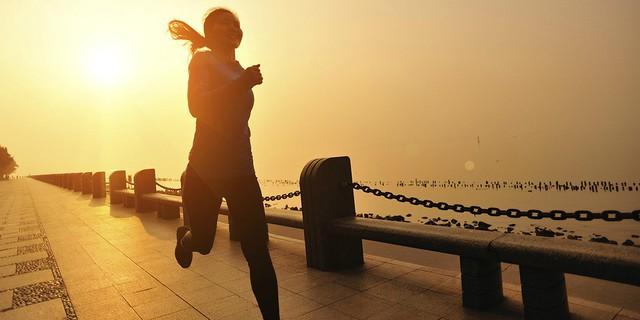 Ai cũng nói việc đầu tiên bạn làm lúc thức dậy sẽ quyết định hiệu quả làm việc của cả ngày: Đọc sách hay tập thể dục là phương án tốt nhất để bắt đầu ngày mới? - Ảnh 1.