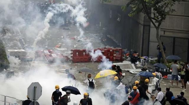 Sau nhiều ngày biểu tình căng thẳng, Hong Kong hoãn trao đổi dự luật dẫn độ - Ảnh 2.