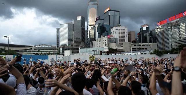 Sau nhiều ngày biểu tình căng thẳng, Hong Kong hoãn trao đổi dự luật dẫn độ - Ảnh 1.
