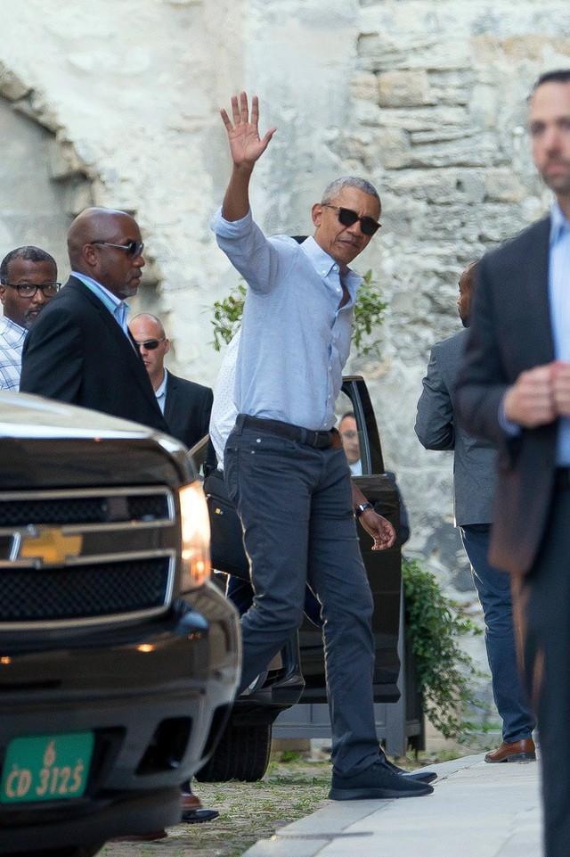 Gia đình cựu Tổng thống Barack Obama bất ngờ tái xuất với vẻ ngoài khác lạ, nhìn sang con gái út của ông ai cũng phải ngỡ ngàng - Ảnh 1.