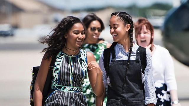 Gia đình cựu Tổng thống Barack Obama bất ngờ tái xuất với vẻ ngoài khác lạ, nhìn sang con gái út của ông ai cũng phải ngỡ ngàng - Ảnh 6.