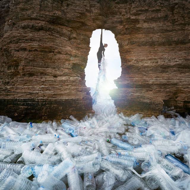 Từ rác thải nhựa trên khắp thế giới, nghệ sĩ thị giác đã biến chúng thành những tác phẩm nghệ thuật khiến ai cũng phải xuýt xoa trầm trồ - Ảnh 18.
