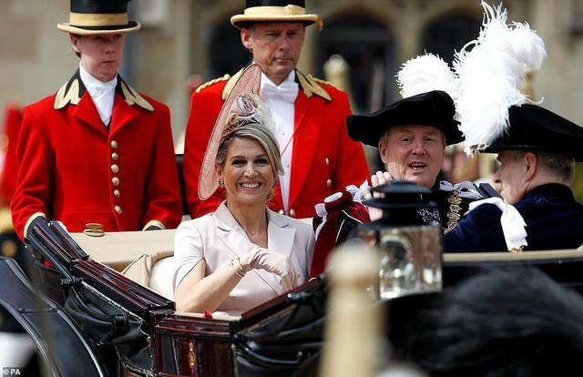 Cuộc đọ sắc có 1-0-2: Ba biểu tượng sắc đẹp của hoàng gia thế giới xuất hiện cùng nhau, Công nương Kate kém sắc nhất, chịu lép vế trước U50 - Ảnh 8.