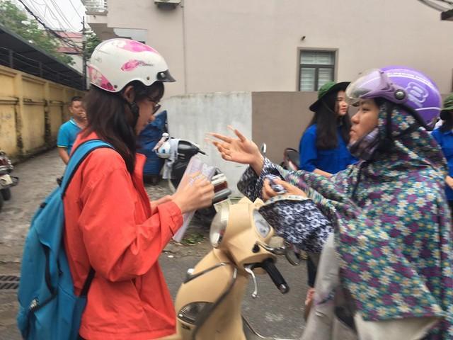 Thi vào lớp 10 ở Hà Nội: Phụ huynh đội mưa đưa con đi thi từ mờ sáng - Ảnh 11.