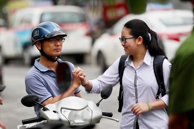 Thi vào lớp 10 ở Hà Nội: Phụ huynh đội mưa đưa con đi thi từ mờ sáng - Ảnh 13.