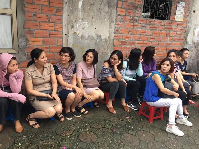 Thi vào lớp 10 ở Hà Nội: Phụ huynh đội mưa đưa con đi thi từ mờ sáng - Ảnh 16.