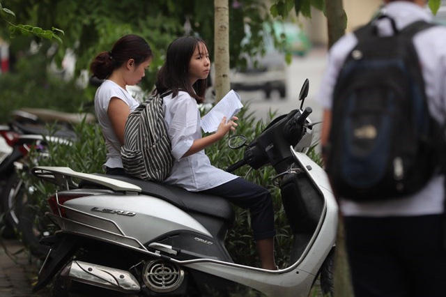 Thi vào lớp 10 ở Hà Nội: Phụ huynh đội mưa đưa con đi thi từ mờ sáng - Ảnh 5.