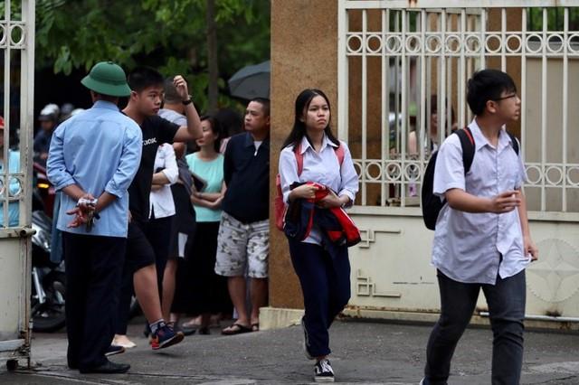 Thi vào lớp 10 ở Hà Nội: Phụ huynh đội mưa đưa con đi thi từ mờ sáng - Ảnh 6.