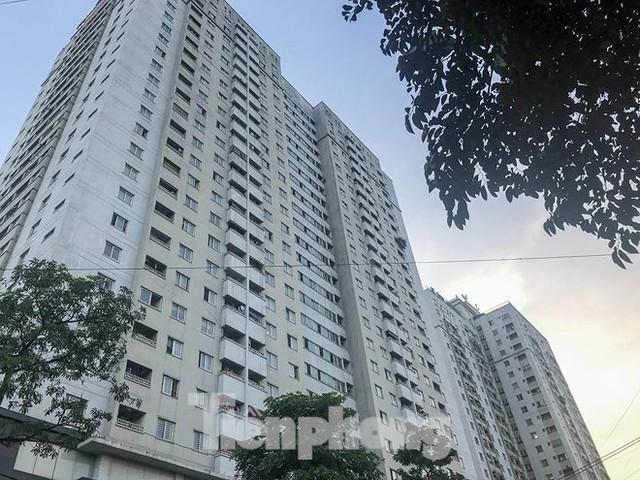 Cư dân nhà thu nhập thấp đầu tiên ở Hà Nội giành giật chỗ để ô tô - Ảnh 1.