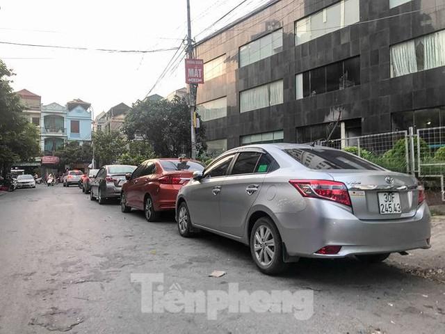 Cư dân nhà thu nhập thấp đầu tiên ở Hà Nội giành giật chỗ để ô tô - Ảnh 3.