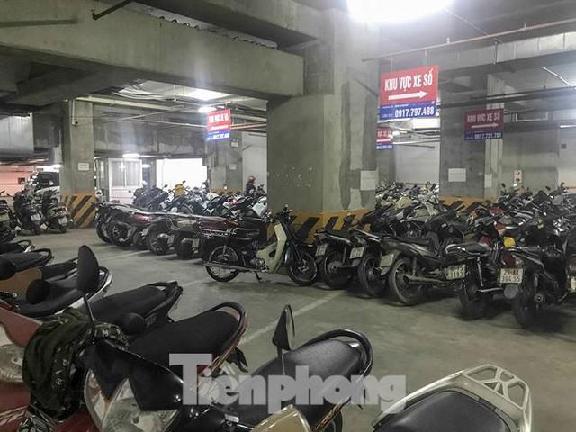 Cư dân nhà thu nhập thấp đầu tiên ở Hà Nội giành giật chỗ để ô tô - Ảnh 7.