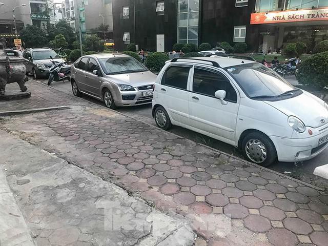 Cư dân nhà thu nhập thấp đầu tiên ở Hà Nội giành giật chỗ để ô tô - Ảnh 8.