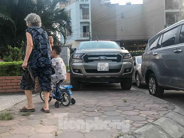 Cư dân nhà thu nhập thấp đầu tiên ở Hà Nội giành giật chỗ để ô tô - Ảnh 9.