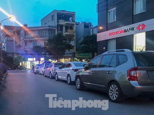 Cư dân nhà thu nhập thấp đầu tiên ở Hà Nội giành giật chỗ để ô tô - Ảnh 10.