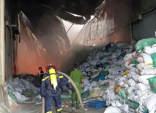 Cháy lớn tại Khu công nghiệp Sóng Thần, công nhân ôm đồ tháo chạy - Ảnh 1.