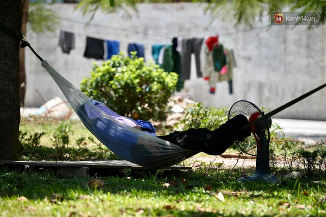 Ảnh: Người dân Thủ đô vật vã chống chọi với nắng nóng kinh hoàng trên 40 độ C, khăn mặt ướt trùm đầu trở thành vật cứu cánh - Ảnh 12.