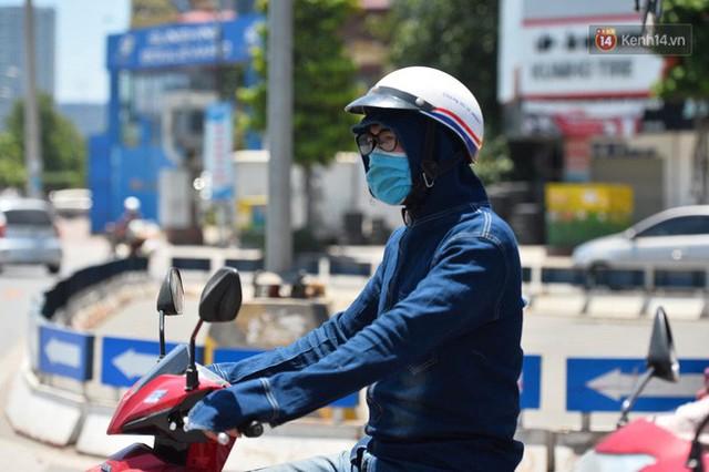 Ảnh: Người dân Thủ đô vật vã chống chọi với nắng nóng kinh hoàng trên 40 độ C, khăn mặt ướt trùm đầu trở thành vật cứu cánh - Ảnh 14.