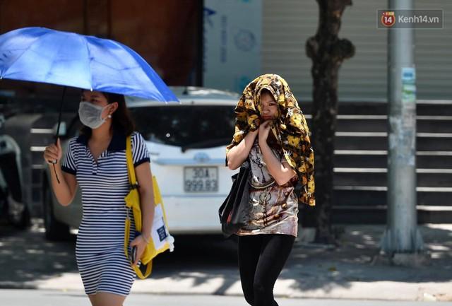 Ảnh: Người dân Thủ đô vật vã chống chọi với nắng nóng kinh hoàng trên 40 độ C, khăn mặt ướt trùm đầu trở thành vật cứu cánh - Ảnh 18.