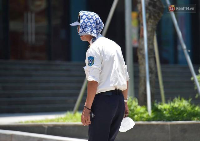 Ảnh: Người dân Thủ đô vật vã chống chọi với nắng nóng kinh hoàng trên 40 độ C, khăn mặt ướt trùm đầu trở thành vật cứu cánh - Ảnh 9.