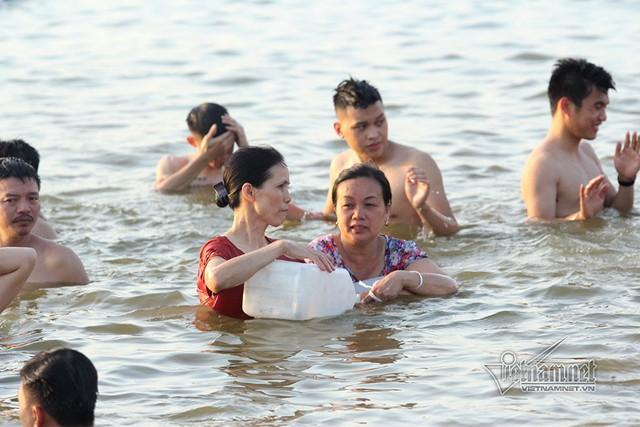 Hà Nội nóng rát, bãi biển ngoại thành ngàn người tắm mát - Ảnh 14.