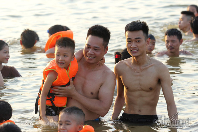 Hà Nội nóng rát, bãi biển ngoại thành ngàn người tắm mát - Ảnh 17.