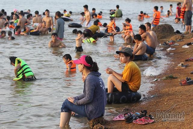 Hà Nội nóng rát, bãi biển ngoại thành ngàn người tắm mát - Ảnh 18.