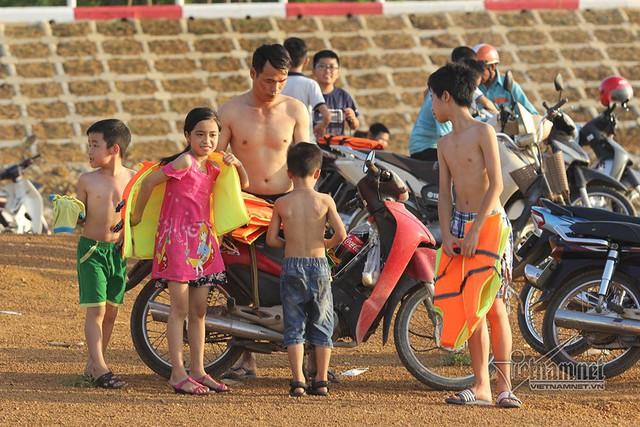 Hà Nội nóng rát, bãi biển ngoại thành ngàn người tắm mát - Ảnh 5.