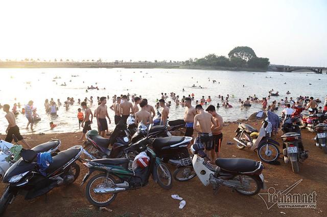 Hà Nội nóng rát, bãi biển ngoại thành ngàn người tắm mát - Ảnh 8.