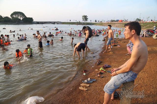 Hà Nội nóng rát, bãi biển ngoại thành ngàn người tắm mát - Ảnh 9.