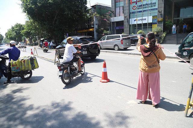 Lạ lẫm phố Trần Hưng Đạo được rào chắn, ngơ ngác chui dây tìm lối thoát - Ảnh 10.