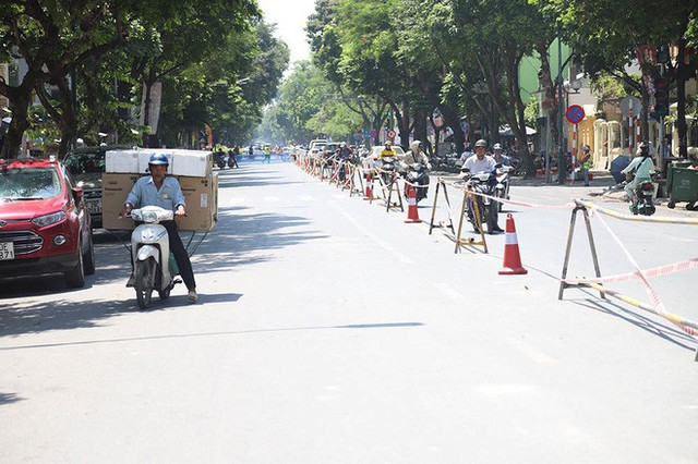 Lạ lẫm phố Trần Hưng Đạo được rào chắn, ngơ ngác chui dây tìm lối thoát - Ảnh 11.