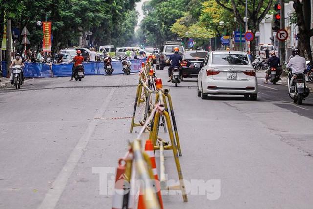 Giao thông hỗn loạn gần dự án ga ngầm trên phố Trần Hưng Đạo - Ảnh 1.