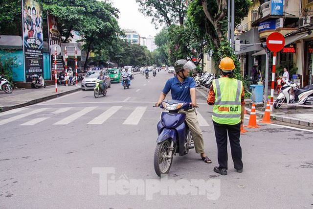 Giao thông hỗn loạn gần dự án ga ngầm trên phố Trần Hưng Đạo - Ảnh 11.