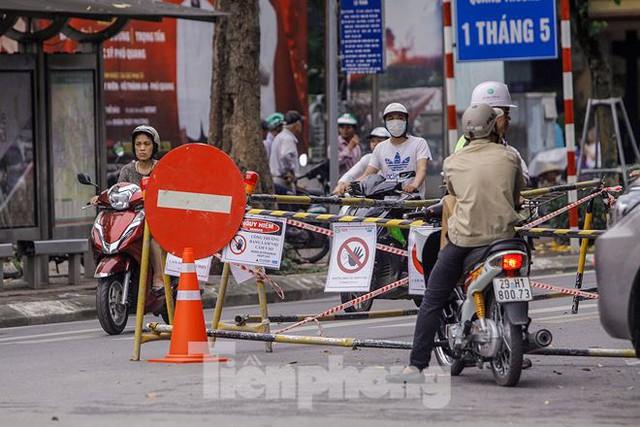 Giao thông hỗn loạn gần dự án ga ngầm trên phố Trần Hưng Đạo - Ảnh 13.