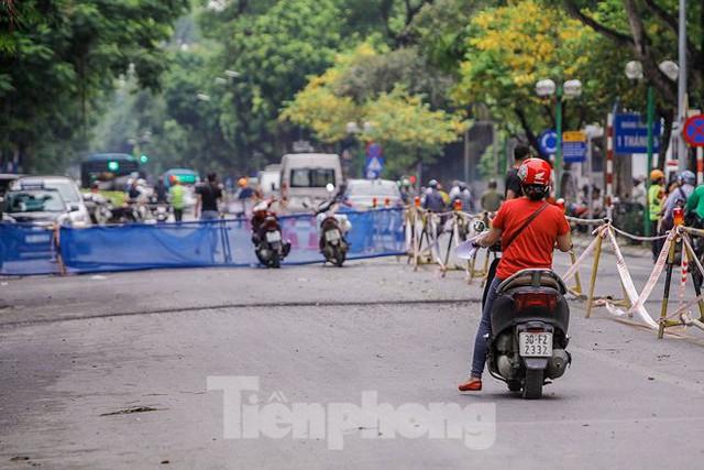 Giao thông hỗn loạn gần dự án ga ngầm trên phố Trần Hưng Đạo - Ảnh 14.