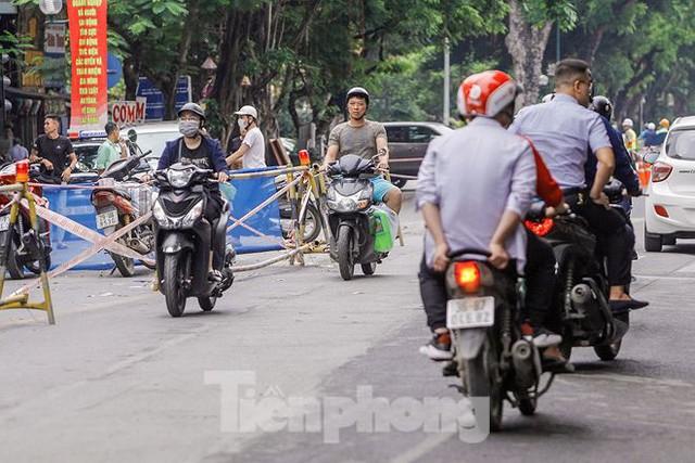 Giao thông hỗn loạn gần dự án ga ngầm trên phố Trần Hưng Đạo - Ảnh 15.