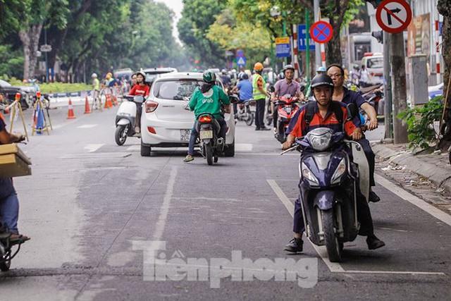 Giao thông hỗn loạn gần dự án ga ngầm trên phố Trần Hưng Đạo - Ảnh 3.