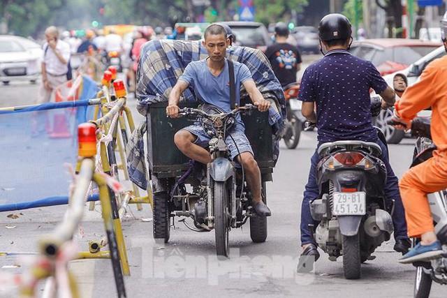 Giao thông hỗn loạn gần dự án ga ngầm trên phố Trần Hưng Đạo - Ảnh 4.